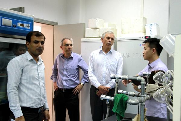 澳大利亚默多克大学代表团参观我院科研团队实验室